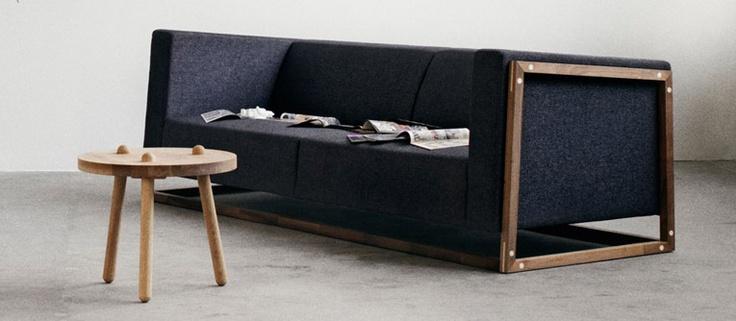 Curb 2. pers. sofa Nantes - Stof, Dust Black, Olieret valnød Bolia.