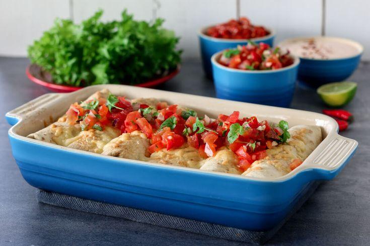 PICO DE GALLO Del tomatene i to, grav ut den bløte kjernen med en teskje og skjær resten av tomaten i små terninger. Tilsett rødløk, hvitløk og chili, og rør godt sammen. Smak til med lime…