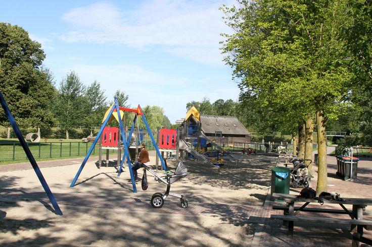 Park Weezenlanden Zwolle tussen Wethouder Alferinkweg en het Almelose kanaal. Grote speeltuin en veel boerderijdieren (dus neem oud brood mee). Als je doorloopt en het park verder inloopt kom je bij een fitnessapparaten voor oudere kinderen en een klimtoestel met torens en een hoge glijbaan. Je kan er ook naast kinderen ook prima honden uitlaten. AUB geen poep op speelgras bij speeltuin en op de weg achterlaten :)