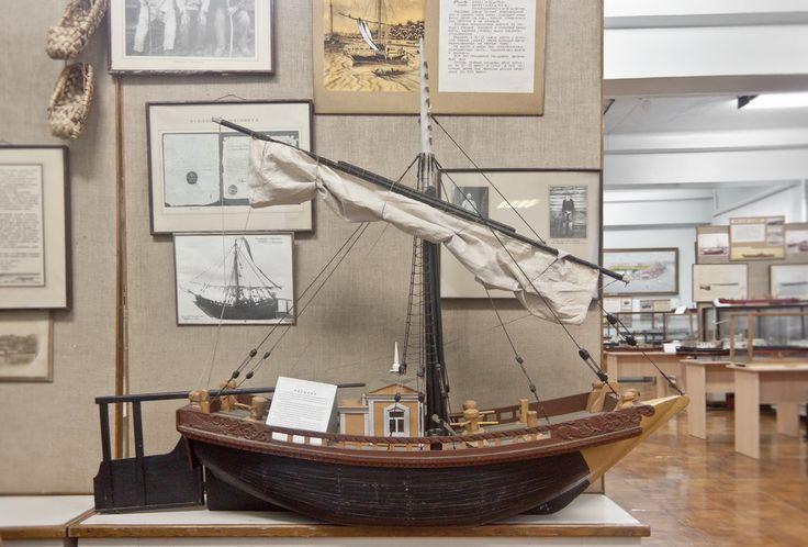 Отсюда можно и исходить: Расшива — парусное речное судно, обычно плоскодонное, на Волге и Каспии. Строились в XVIII—XIX веках. Изображение