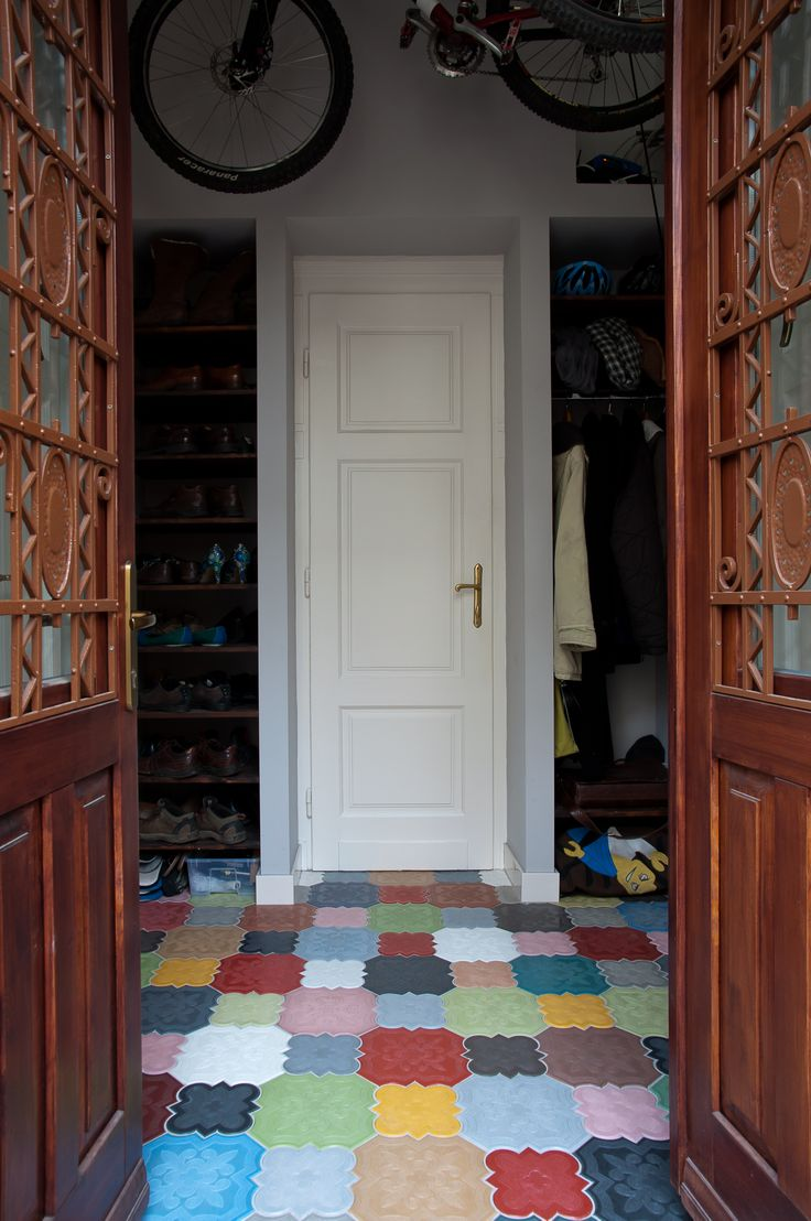 hall with hanging mountain bike storage, shoe-storing solution and IVANKA Flaster floor