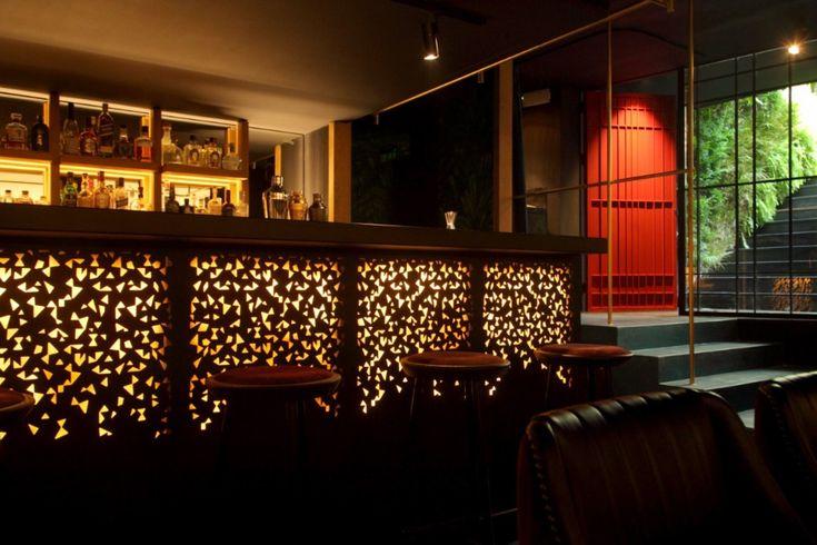 Η στήλη The Bars και ο Βασίλης Δημαράς δοκιμάζουν κοκτέιλ των Βασίλη Κυρίτση και Νίκου Μπάκουλη  πίσω από την κόκκινη πόρτα της Τσακάλωφ.