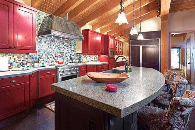 Кухня с червени акценти в ретро-дизайн