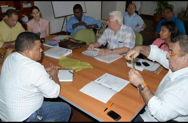 Adjudicadas obras de protección para las costas de Tierrabomba. La sesión la presidió Felipe Merlano, secretario general de la Alcaldía.