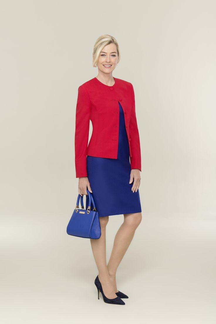 Perfekter Color-Blocking-Look–Blazer und Kleid in strahlendem Rot und Blau Mit dem roten Blazer nach Maß liefert Ihnen Dolzer ein Allround-Talent mit Starpotenzial. Der Klassiker mit Wow-Effekt punktet durch seine enge Schnittführung ebenso wie durch das puristische Design, das vom cleanen Rundhalsausschnitt und den fünf Ton-in-Ton- Knöpfen unterstrichen wird. So lenkt kein Detail von der ausdrucksstarken Farbe ab. Ihr idealer Begleiter zum roten Blazer ist das königsblaue Etuikleid von…