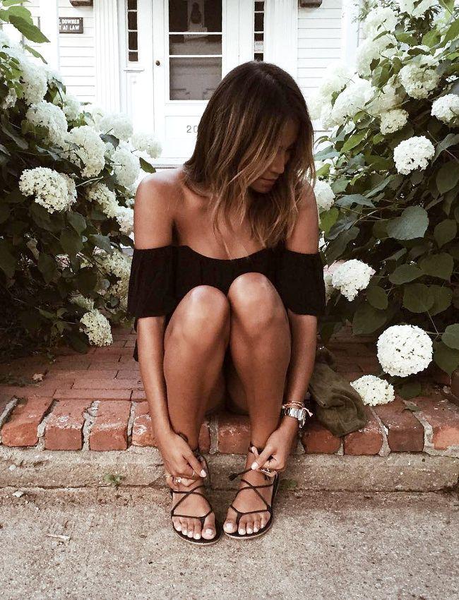 Top Bardot noir + très fines sandales carbone = le bon mix (instagram Julie Sarinana)