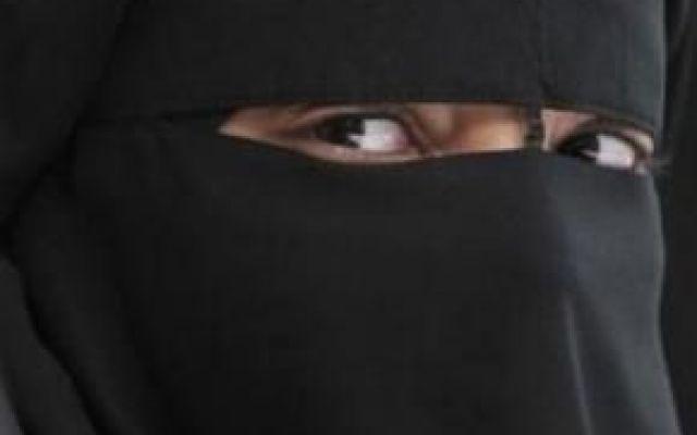 Una legge per vietare l'uso del burqa in Senegal Nei prossimi giorni in Senegal verrà varata una legge per vietare l'uso del burqa in pubblico. Il velo integrale indossato da molte donne musulmane sarà vietato per motivi di sicurezza nazionale. Gru #burqa #terrorismo #isis #bokoharam