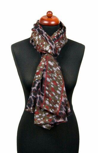 Panterprint sjaal met witte en rode stippen. Combineer deze sjaal met een casual outfit.  Link: http://www.sjaals4you.nl/panterprint-sjaal-met-stippen.html