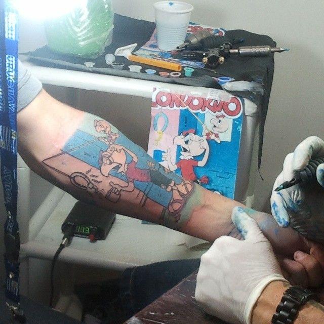 ¡Qué fanático! con tatuaje.