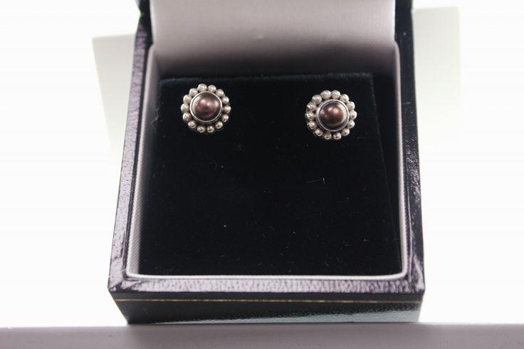 Handmade silver Rabinovich earrings with grey Pearls. For € 47.20. http://www.goldbergjuweliers.nl/shop/products-page/rabinovich/rabinovich-oorknoppen-07805064-grijze-parel