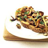 Geroosterd brood met paddenstoelen
