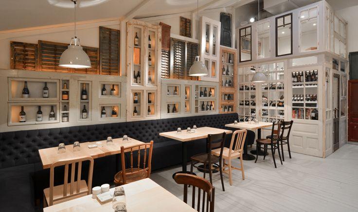 El diseño del restaurante Bon, en pleno centro de Bucarest, aporta su granito de arena con voluntad de salvar parte de la historia de la ciudad incorporando 200 puertas viejas, ventanas desconchadas y postigos. Corvin Cristian, arquitecto polifac�