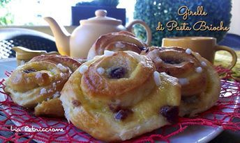 Le Girelle di Pasta Brioche con crema pasticcera sono dei soffici dolcetti, perfetti a colazione o merenda, da arricchire con amarene o gocce di cioccolato!