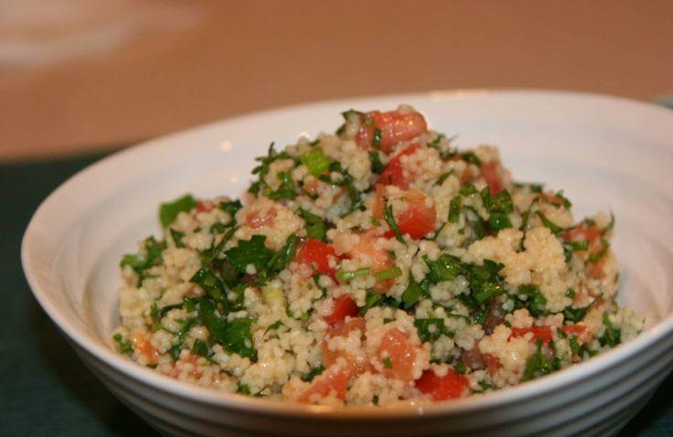 Frisse couscous salade met komkommer, tomaat en kruiden