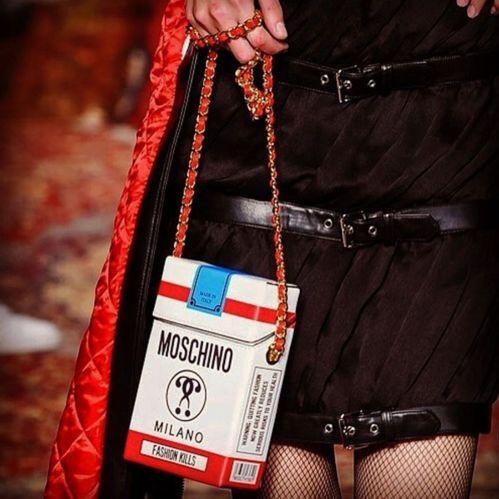 Le paquet de cigarettes du défilé Moschino automne-hiver 2016-2017 http://www.vogue.fr/mode/inspirations/diaporama/fwah16-gucci-fendi-prada-les-sacs-stars-de-la-fashion-week-automne-hiver-2016-2017-de-milan/26003#le-paquet-de-cigarettes-du-defile-moschino-automne-hiver-2016-2017
