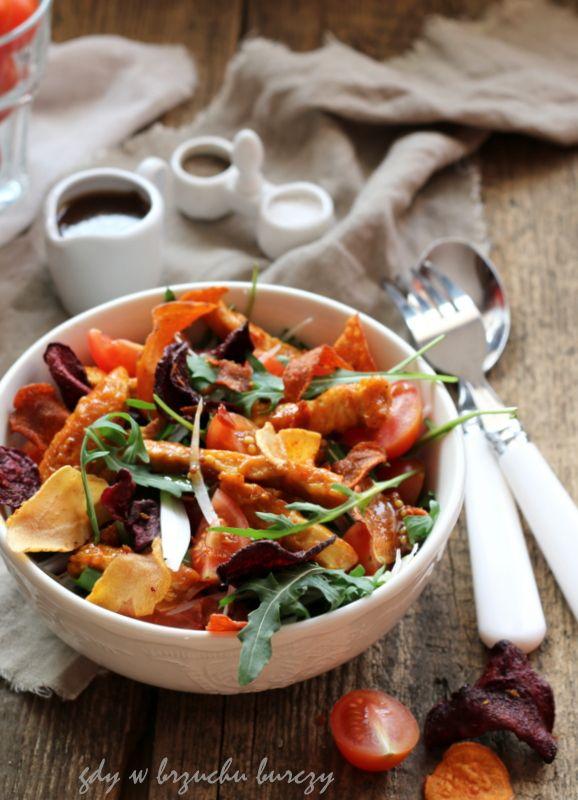 Gdy w brzuchu burczy... : Sałatka z kurczakiem i warzywnymi chipsami
