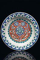 """- ÇİNİ İŞLEMELİ TABAK (İZNİK)  Yapılış tarihi: 1585-1590    Ölçü: 35 cm çapında.. Satış fiyatı: 265,718 USD  Osmanlı mutfak malzemelerinin en klasik ürünlerinden biri. İznik çinili tabak. Christie's İslam Sanatı Bölümü müdürü Sara Plumby bu İznik tabağı için ' motiflerin İslam sanatının örneklerinden olduğu kadar, bu motiflerde yapanların Orta Asya kökenlerinin izleri olduğunu söylüyor."""""""