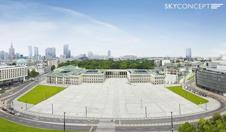 Zdjęcie lotnicze z wkomponowaną wizualizacją Pałacu Saskiego w Warszawie.