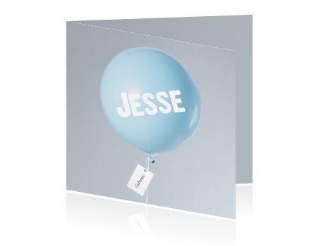 Stijlvol geboortekaartje met een blauwe ballon met grijze achtergrond voor een jongen.