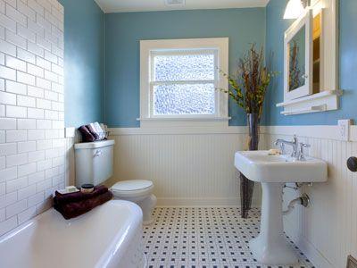 Come avere la casa perfetta - Anche il bagno deve essere arredato al meglio. E' importante evitare le classiche piastrelle vecchio-stile, che danno un'aria sì pulita ma anche asettica. Sono preferibili piastrelle di grandi dimensioni e magari sui toni forti del nero e del marrone.