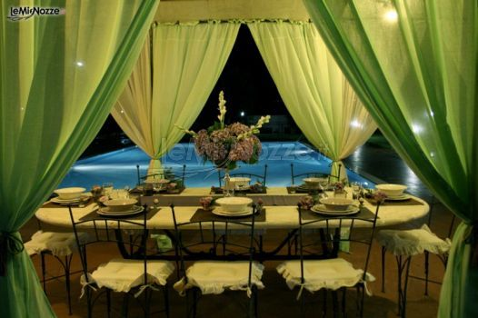 Gazebo a bordo piscina con tende #verdi