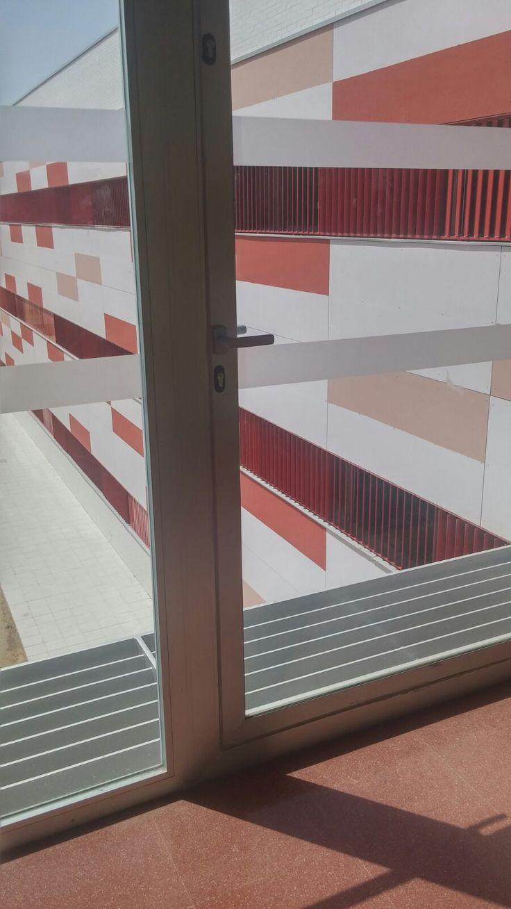 Una terraza a la que no se puede salir, por lo menos puede servir para ver a través de ella o para ventilar.