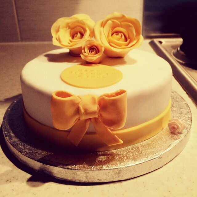 A simple but elegant chocolate fudge cake! #birthday #yellow #sugarflowers #roses #handmade
