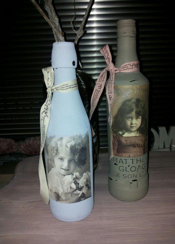 Leuke wijn/drankflessen ..Geverfd met krijtverf van Annie sloan .daarna versierd met vintage etiket en strik.