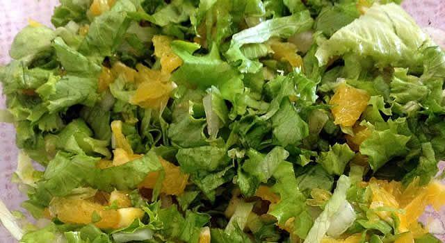 Uma salada que mistura alface romana com laranja e com um molho vinagrete suave, preparado com mel.