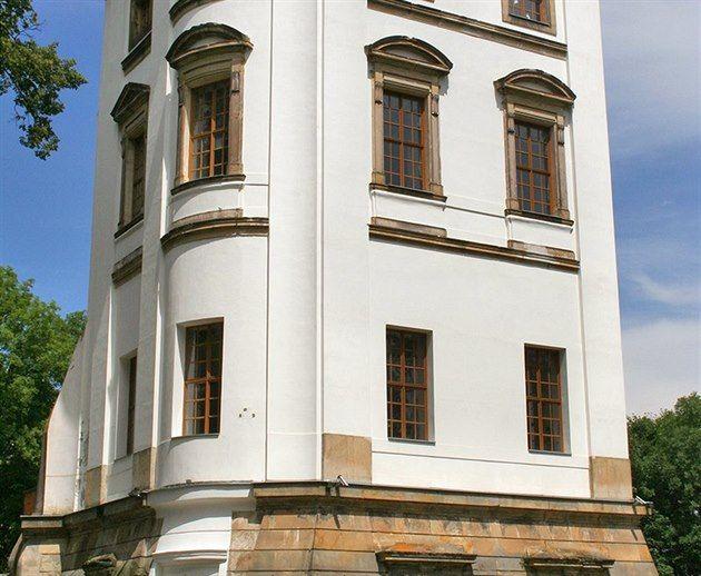 Vrchol Zámecké hory u Lanškrouna krášlí zvláštní historická stavba. Zdáli připomíná romantickou rozhlednu či solitérní věž. Naopak zblízka vyvolá asociaci excentrického letohrádku. Ale jak napověděl název pahorku, v reálu tato ojedinělá památka představuje velmi zajímavé torzo kdysi rozsáhlého zámku.