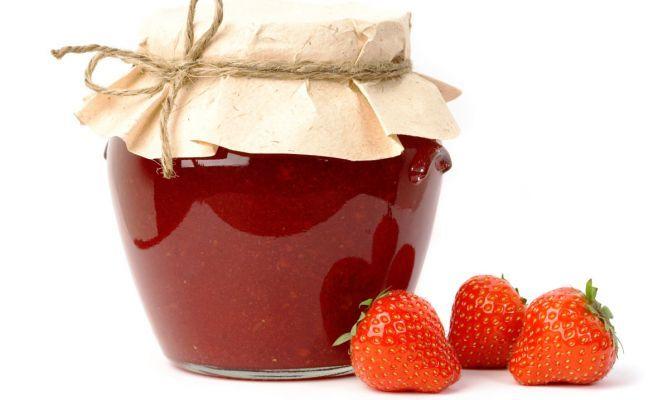La mermelada es una buena forma de conservar la fruta para poder disfrutar de ella fuera de temporada. En este caso, te proponemos una mermelada de fresa, ideal para el desayuno,