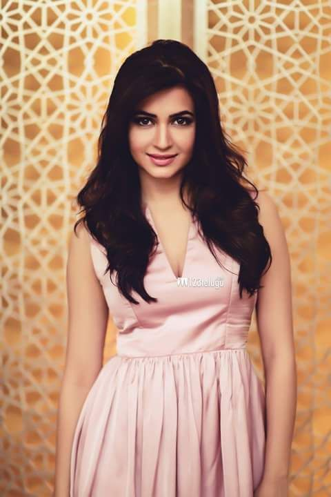 The hot and sexy unseen south indian Bollywood masala girl actress cute kriti kharbanda seducing navel and milki deep cleavage with juicy le...