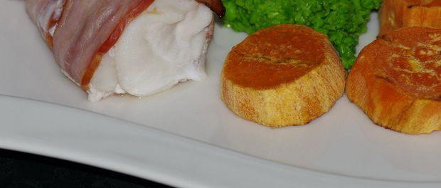 Baconsurret brosme med ertepure og søtpotet