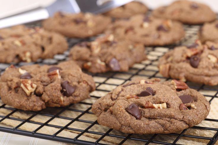 Deze yummy chocolade-pecan koekjes worden gemaakt zonder bloem en zijn super simpel om klaar te maken. We dagen je uit! Deze heerlijke koekjes komen van Martha Stewart. Verwarm de oven voor op 160 graden. In een grote kom mix je suiker, cacao en zout. Scheid de eieren (het eigeel mag weg of voor een ander […]