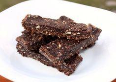 Recept s postupom na chutný nepečený zákusok bez cukru či už v tvare tyčiniek, alebo guličiek