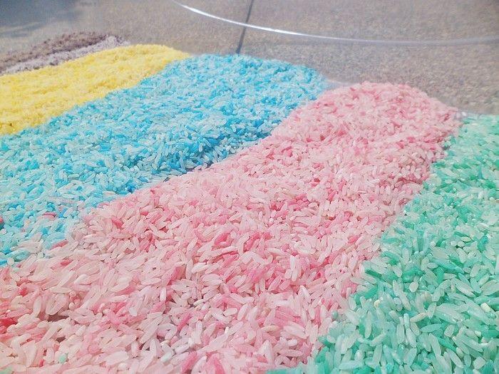 Jouer avec du riz coloré.