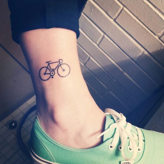 tatuaje bici tobillo
