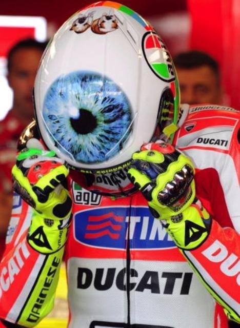 Le casque AGV GP Tech Valentino's Eye sur le crâne de Rossi