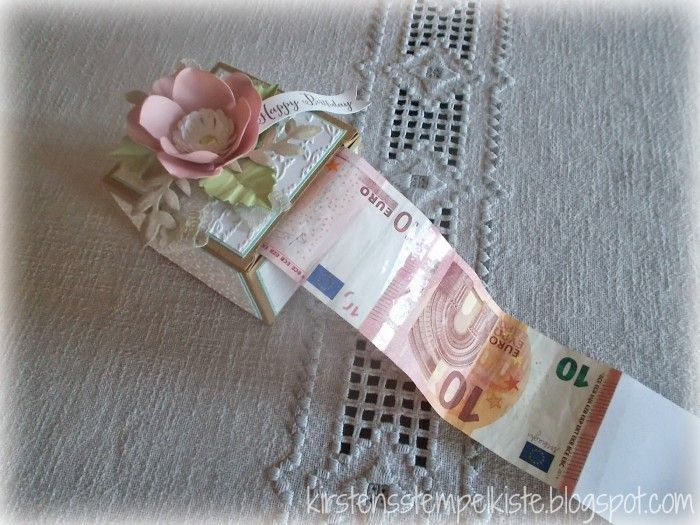 Geldbox zum Geburtstag. Das Geld ist zu einer langen Rolle zusammengeklebt und zwischendurch gibt es immer wieder mal einen Spruch passend zum Anlass. Grundlage für die Box ist eine sandfarbene Geschenkbox.