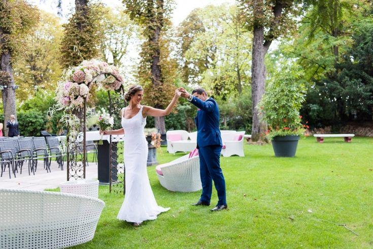 Photographe mariage Paris : la belle journée de Delphine et Guillaume au Chalet des Iles Daumesnil, belle cérémonie laïque en extérieur, jolie décoration...