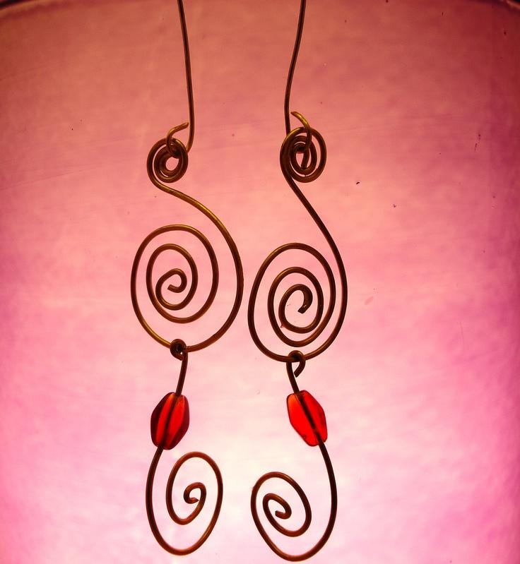 Orecchini a spirale handmade in ottone e perlina rossa  #earrings #handmade #silhouette