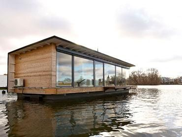 Berlin apartment: Floating Home Blue - Inside: luxus over water | Waytostay