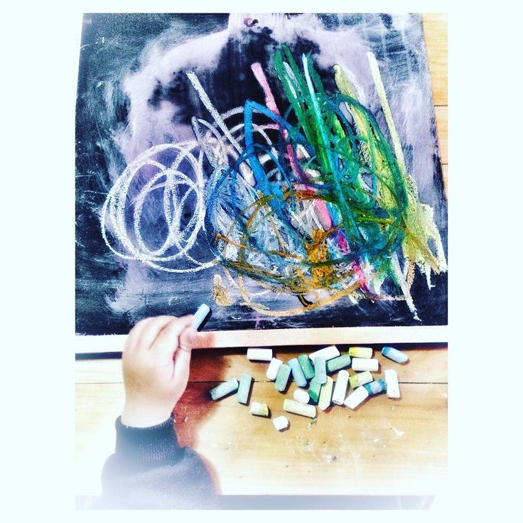 Comenzaron las vacaciones de invierno  Qué hicieron hoy  Nosotros jugamos con tiza masa y pistas  de carreras  Buena semana  A DISFRUTAR !!!  cön frïö ÿ crëätïvïdäd!!!  . #instamood #vacacionesdeinvierno  #enfamilia #invierno #frio #juegos #mundoinfantil #bebesyniños #lifestyleblogger #tiza #pisarra #arcoiris #modainfantil #like4like #love #babies #lunes #chalk