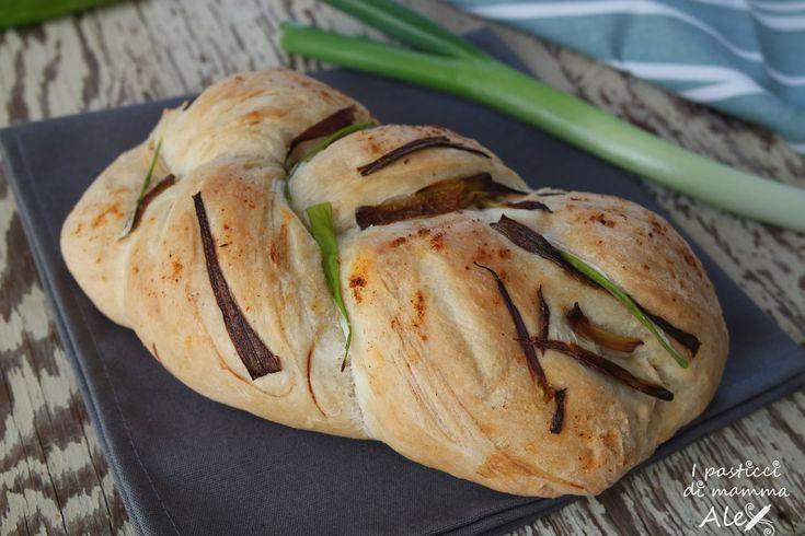 La Treccia di pane ai cipollotti e paprika è una vera squisitezza e non richiede neppure troppa bravura o tempo a disposizione.