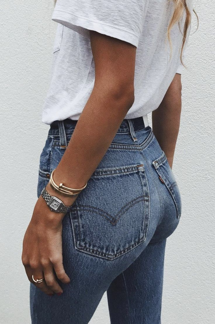perfect combo : denim jeans and white oversized top with some gold jewellty. Perfect spring summer minimal fashion outfit inspiration