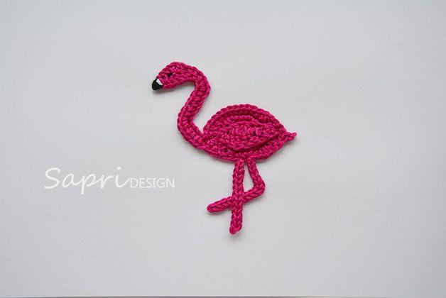 Der gehäkelte Flamingo kann einfach auf Kleidung, Kissen und andere Textilien aufgenäht werden. So wird z.B. aus einem einfachen Pullover schnell ein Einzelstück. Möchtest du mehr als eine...