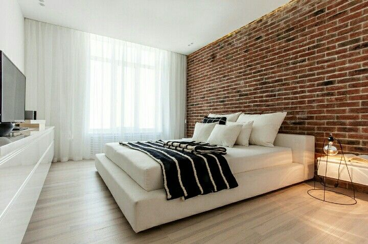 Camera moderna, letto bianco muro in mattoni.   Modern Bedroom, White bed and bricked wall.