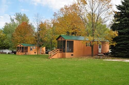 Plymouth Rock Camping Resort Deluxe Cabin 11 Plymouth (Wisconsin) Offering an outdoor pool, Plymouth Rock Camping Resort Deluxe Cabin 11 is situated in Elkhart Lake, 35 km from Belgium. Free WiFi is provided .  The accommodation is air conditioned and features a cable flat-screen TV.