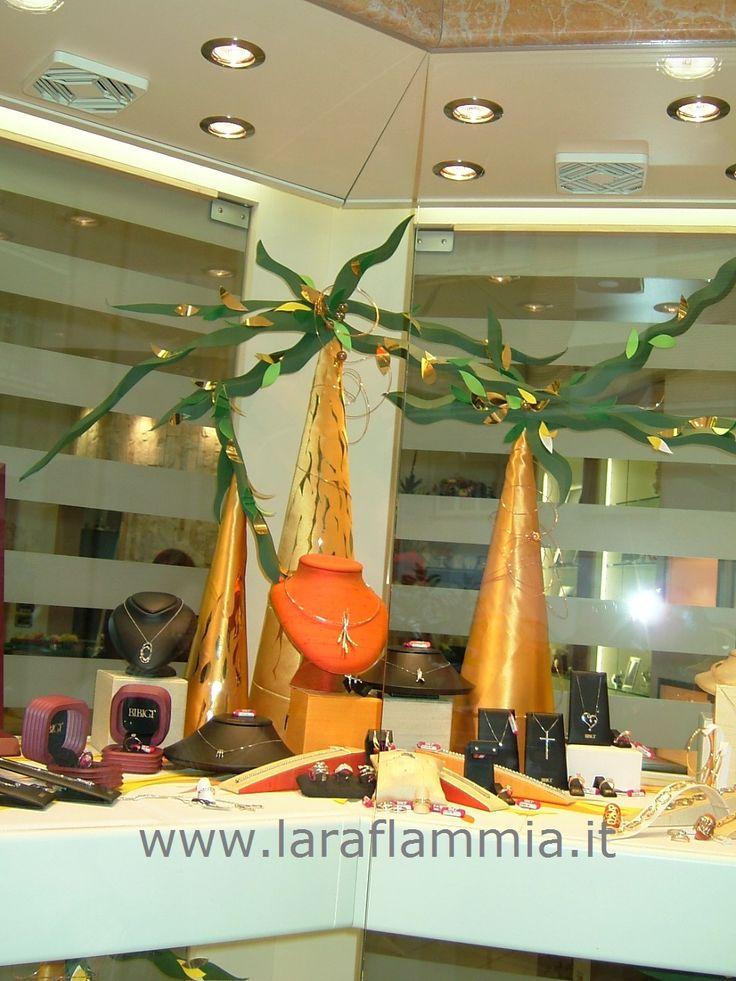 Alberi stilizzati per una vetrina di gioielli. laraflammia@gmail.com 333 2132343 www.larartcomunication.com