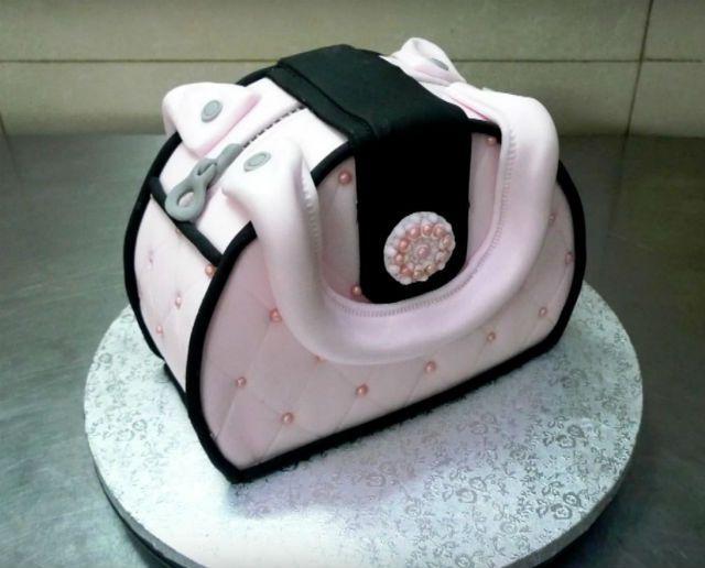 Mira la destreza de esta repostera, Decora una tarta en forma de bolso quedándole super bonita.